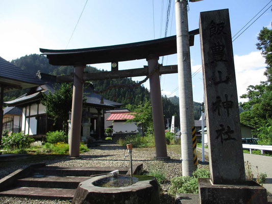 入山前、一ノ木の集落にある「飯豊山神社」に安全登山祈願をしに訪ねました