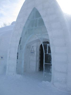 これは然別湖コタンのイグルーの一つ アイス・バーの入り口です