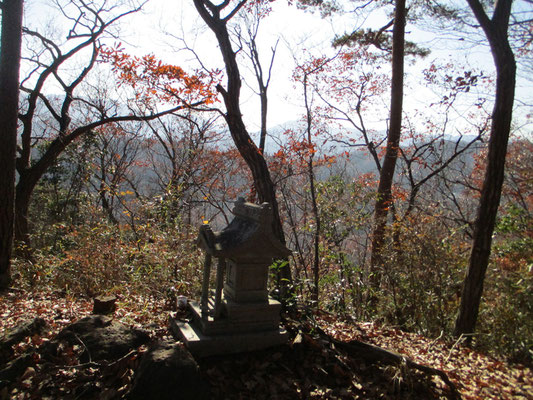 昔、山の謂れの「一本松」があったところにある石祠