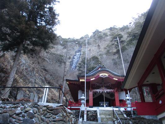 石段を登りきると奥宮に到着 バックの岸壁に凍った滝が見えます