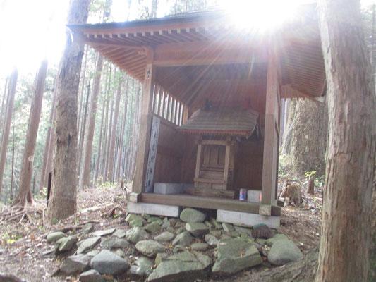 途中に建立された立派な林業者の祠