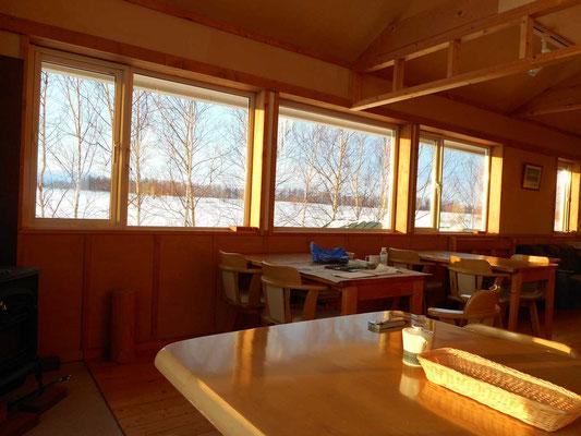 ペンションの南側の窓からは広々した雪原が見通せる