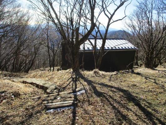 今年の春に再建されたばかりの新しい避難小屋