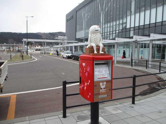 駅前の郵便ポストの上に乗っているちょっと'不気味な'この物体は何!?