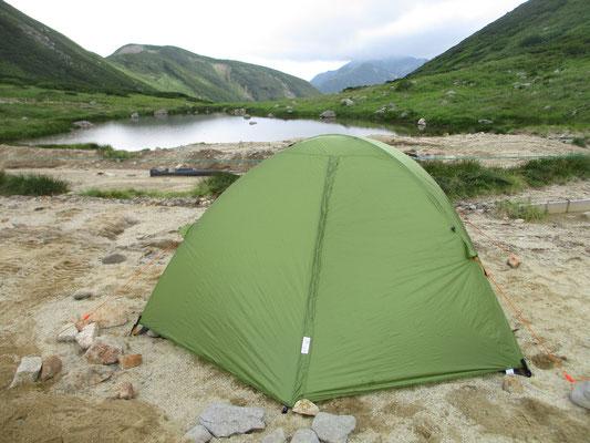 今宵の我が家 双六のテント場は大きな山に両方を挟まれ、展望は池の向こうしかない 楽しみにしていた星空も雲が多く今ひとつだった