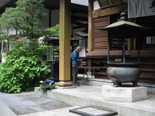 下山口には秩父札所34番の「水潜寺」で、札所巡りも兼ねたTさんは読経しお参りされています