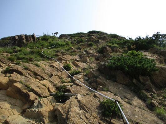 いよいよの岩場の登り かんらん岩は風化しているとこんな煉瓦色っぽくみえます