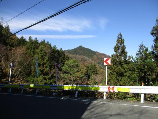 菅井下でタクシーを下りて向こうを見れば、チョンマゲ姿の峰山が…