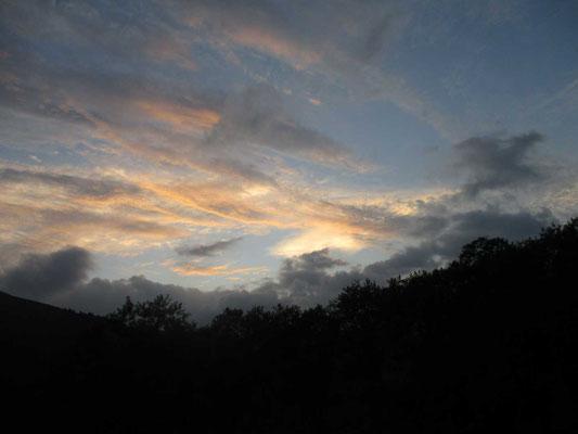 山の鼻から見えた前日の美しい夕焼け雲