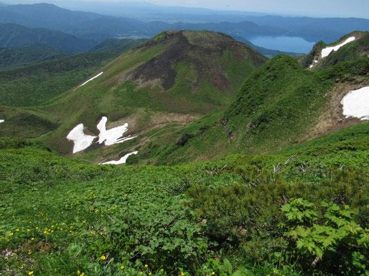 横岳に登り返し、女岳(めだけ)を見る その眼下の木道のある谷は通称「ムーミン谷」と呼ばれている そこから登ってきた青年の話では、まだ花には早かったとのこと