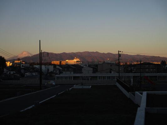 立派な丹沢山塊、左手にはこの時はまだ少し雪のかぶった富士山 お正月はこの雪も殆どなくなってしまった