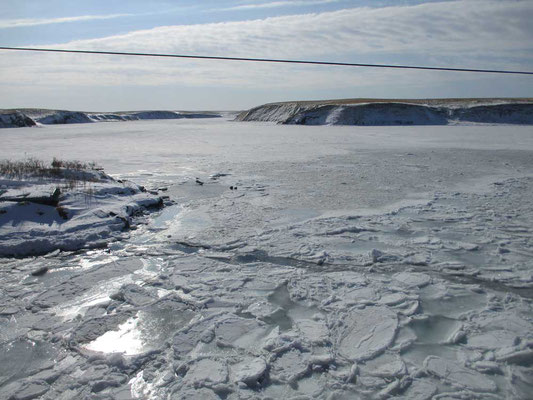 空を横切る一本の電線が無ければ、ここは何処だろう?と思います  オホーツクに面した漁村の入江から流れ入る温根沼湖(おんねとうこ)が氷結している姿です