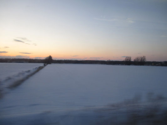 夕暮れの斜里町の雪原
