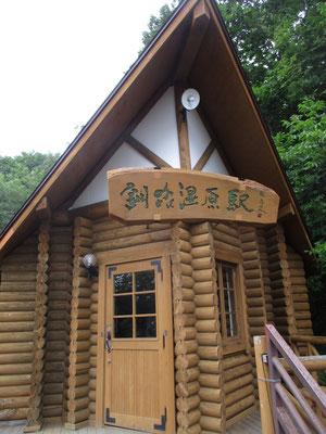 釧網本線でも印象的な駅舎の釧路湿原駅 しかしこの日は無風の蒸し暑さで、やってくる列車を待っている間にも何百という蚊の襲来 北海道の蚊は又デカイのです