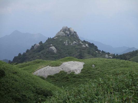 山頂付近から眺めた奇岩の奥山の一つ