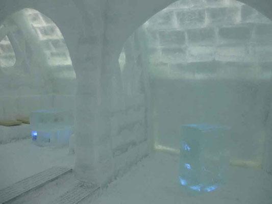 青く光る氷の客席