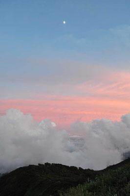 沸き立つ雲と月