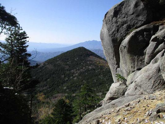 登りつめると奇岩に飛び出します
