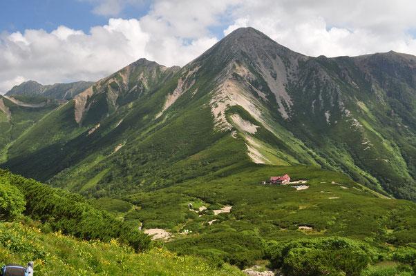 少し行くとようやく三俣山荘が見えてくる その向こう正面には鷲が羽根を広げたように立派な鷲羽岳が