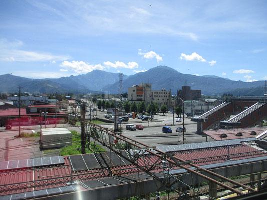 浦佐駅構内からの眺め 八海山と越後駒ヶ岳がきれいに見えます