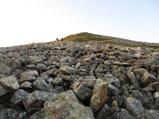 いよいよ山頂に向け出発 岩ゴロゴロを登っていく