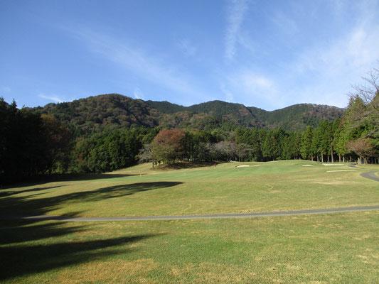 登山口の厚木市道が通るゴルフ場から西山三山を見る
