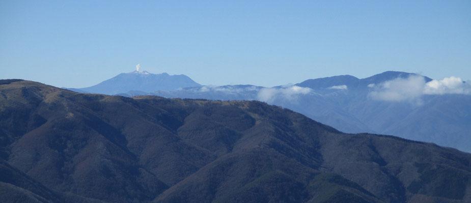 御嶽山が煙を吐いているように見えます