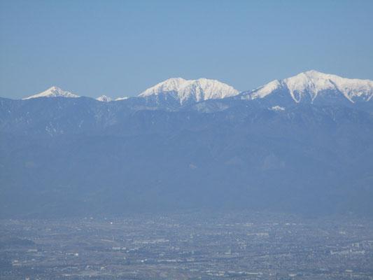 少し先に進んだ「甲州高尾山」の山頂標識がある、また少し先のピークが本日最高の眺望点 聖岳、赤石岳、そして悪沢岳が見事