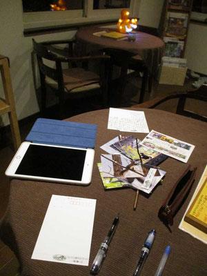 夜、宿のテーブルで幾葉かの葉書を書きます その土地の郵便局窓口から風景印の押印を頼んで投函します