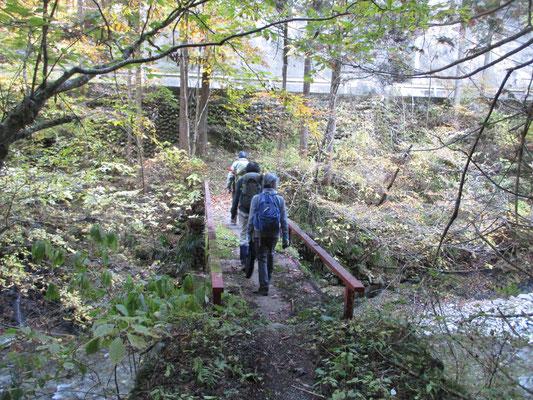最後は小さい橋で南秋川を渡る