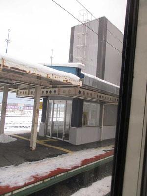 人の居ない特急通過駅ですが、古い駅舎であってもバリアフリーの為のエレベーター設置が成されています こうした設備投資もJR北海道の財政圧迫の一つでもあり、なかなか大変だと思います