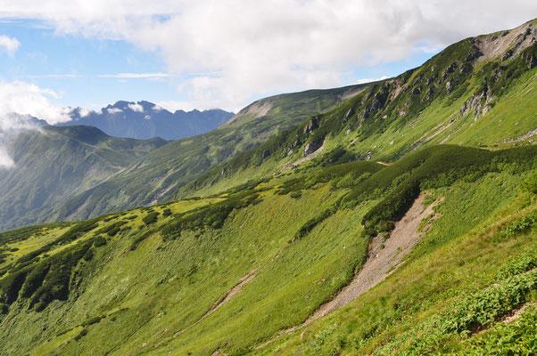 湯俣川に流れ込む大きな谷 遠景には西穂から奥穂に続く稜線が見える