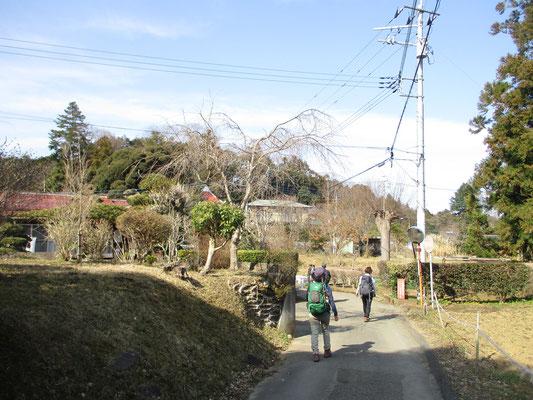 のどかな山麓を行き、打ち上げ場所の沓掛館山に向かう