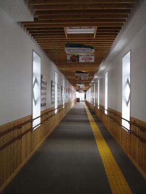 到着した終点の木古内駅、こちらはJR北海道の物凄い立派な駅舎 道産の杉を多用していて落ち着いた雰囲気ですが、人がいません(;_;)