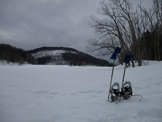 希望湖 スノーシューをはずして休憩