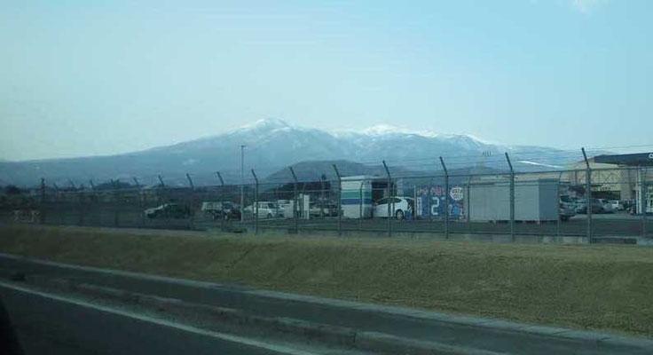 下界から見た安達太良山 でも町中でもこの日はすごい強風でした