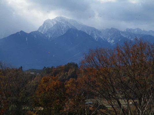 強風のなか束の間姿を現した甲斐駒ケ岳 画面にゴミの様に写っているのは風に舞い散る木の葉
