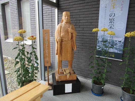 エントランスには一茶の木彫がお出迎え とても充実した内容の濃い記念館で立ち寄る価値は充分でした