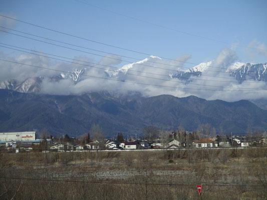・・・が、しばらくすると次々と縦型の雲が押し寄せてきて終いにはすっぽり山が隠されてしまいました