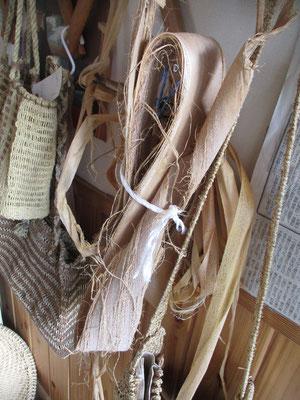 束ねてあるのがシナノキの皮=原料=これを撚って編めるようにしていく
