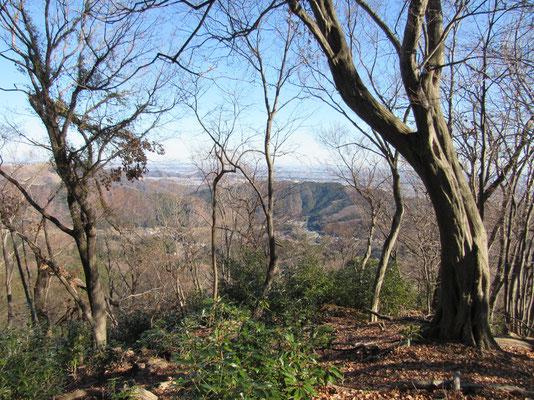 下界は飯山温泉の方 遠方には首都圏の景色が広がっています