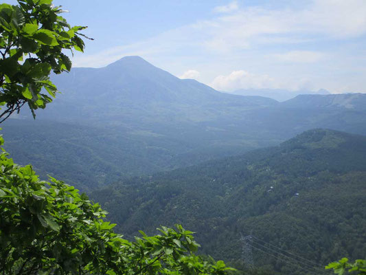 展望のよい岩場からは蓼科山が見えた