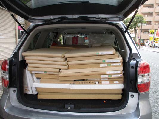 搬出した作品が積み込まれた車