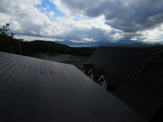 部屋から見えた初日の田沢湖