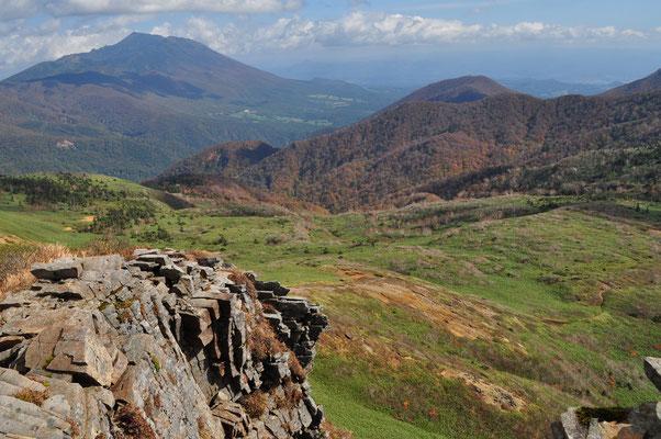 乳頭山山頂は切れ落ちた岸壁をもった起立する岩の塊でした しかし眺めは雄大 やっと憧れの山に来ることができました 遠くに見えるのは岩手山