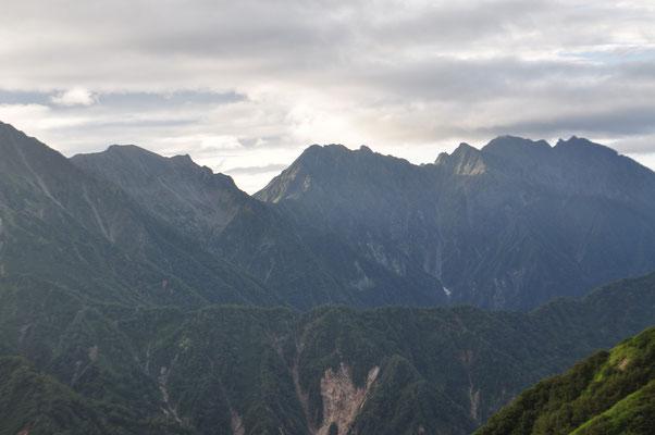 穂高に続く険悪な稜線のギザギザもくっきり