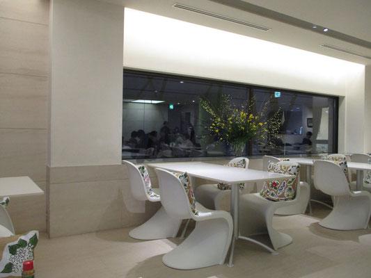 全体白い室内 椅子のクッションには例の坂本直行の植物画の絵柄
