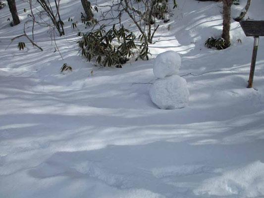 誰かがつくった登山口の雪だるま・・・でも顔がない(;_;)