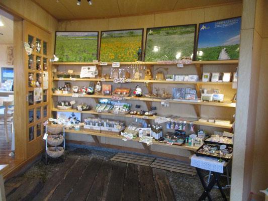 そのカフェのお土産売り場 そう広くない空間ですが、霧多布のお土産はほぼ此処に網羅されています