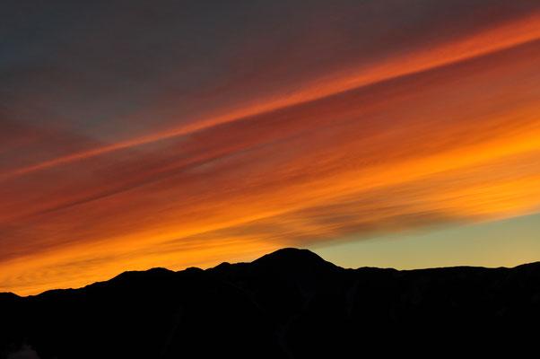 小屋番さんも見たことがないといった夕焼け シルエットは飯豊の主峰 大日岳
